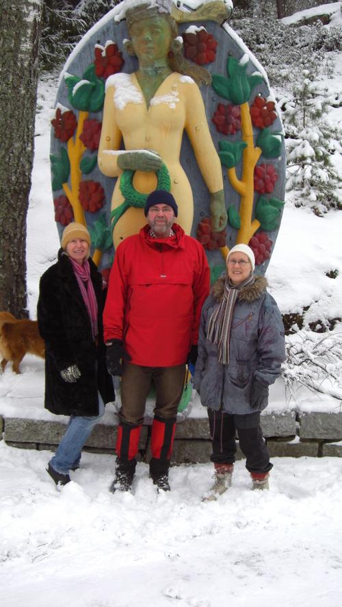 Her står Kristin, Bjørn og Elin foran en statue som tilhører Fred Olsen & Co